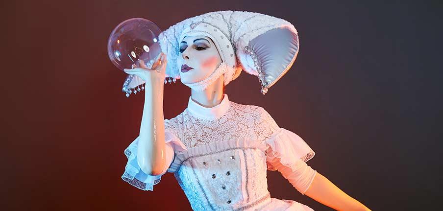 Vet mer om trollkarl Caroline Ravn